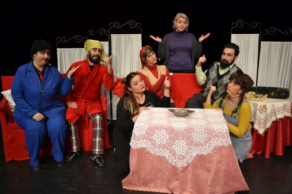 """Szenenbild, Theater Halber Apfel mit der Vorstellung """"Stefanie integriert die Öztuerks"""""""